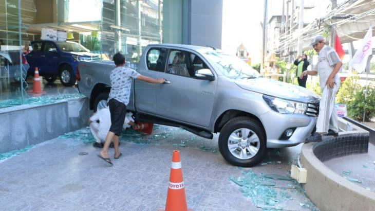 แรงทะลุโชว์รูม! Toyota Hilux Revo พุ่งทะยานออกจากโชว์รูมชนกระจกแตกกระจาย
